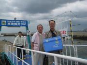 河和港に戻って船から降りる時。