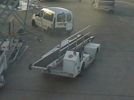 シャルルドゴール空港の荷物積み車