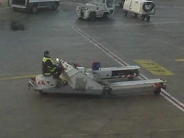 シャルルドゴール空港の航空機を押す車輌