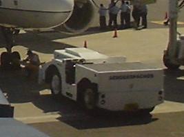 エルサルバドル空港の飛行機を押す車