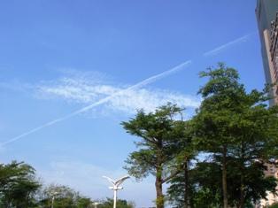 青空に飛行機雲