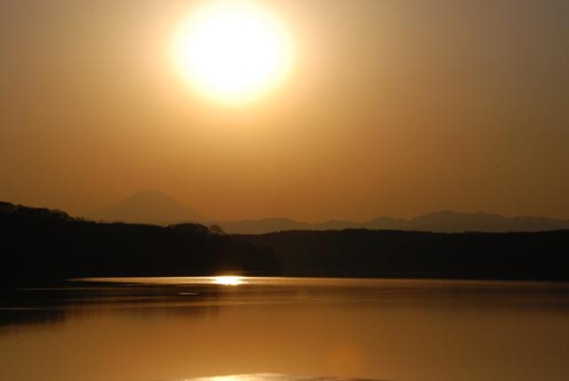 夕日に浮かぶ富士山