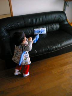 ソファだって拭いちゃうよ!