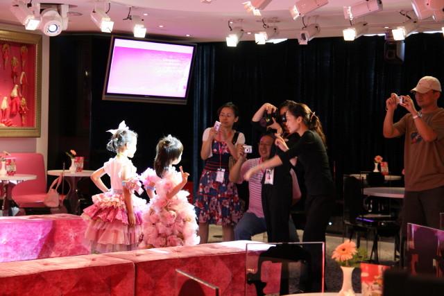 ファッションショーを楽しむ女子たち