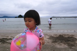 海でボール遊び2