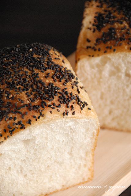 ゴマたっぷりの山食パン