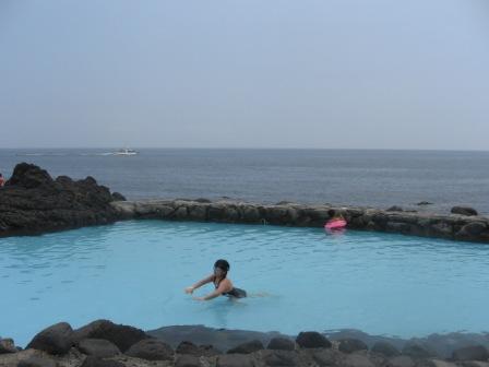 浅いプールで泳ぐみー