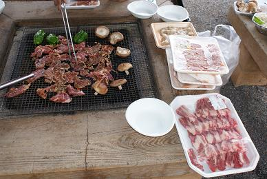 テーブルの中心で肉を焼く