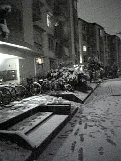 夜の小さな雪だるま