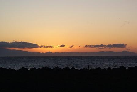 初日 雲の向こう