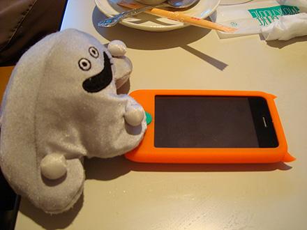 メタちゃんiPhoneに夢中