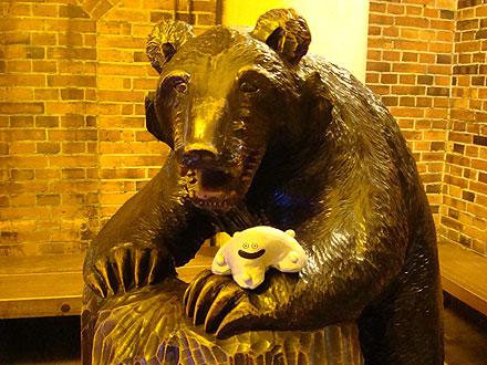 熊と記念撮影のメタ氏