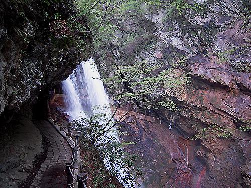 雷滝の遊歩道