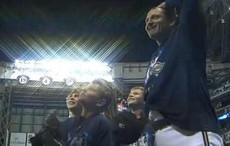 記念Tシャツを着たホフマンと子供達