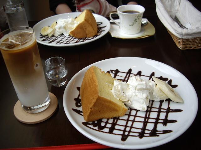 バナナがあゴロゴロ入ったシフォンケーキとカフェオレ