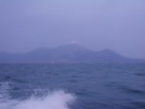 海は広いです。見渡していると山がありましたよ