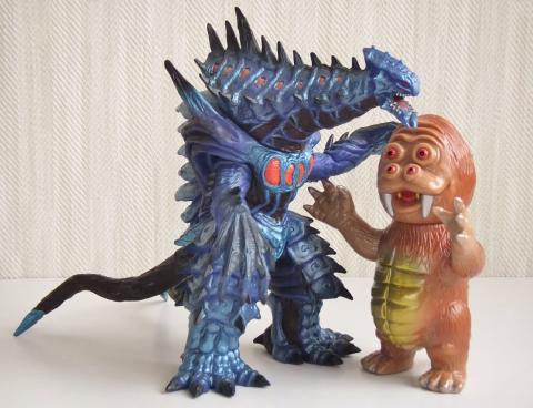大きさ比較1:バンダイ・ウルトラ怪獣シリーズ2006 ディノゾール