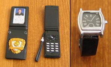 警察手帳、携帯電話、腕時計