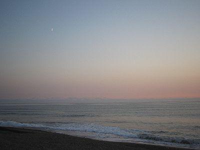 東の空には 月