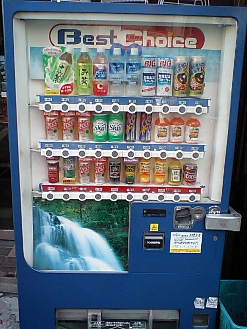 難波駅南西側のパチンコ屋の向かいにあるコスモフーズの自動販売機にてメッコール発見。メッコールの置いてある自販機や店は年々減っているらしく、関西エリアで確実に  ...