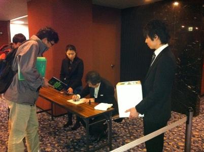 サインをする円光寺さん