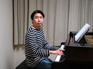 ピアノを弾く小曽根さん