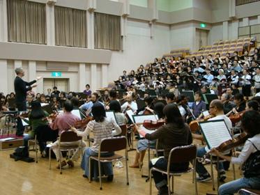 合唱団を指揮するマエストロ