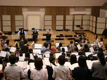 合唱団を指揮するリープライヒ 正面から