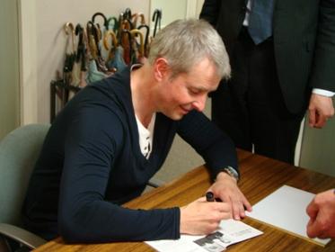 サインをするリープライヒ