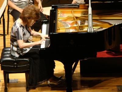 ピアノを弾く伊藤恵さん