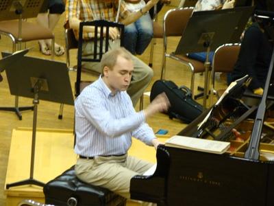 ピアノはデニス・プロシャイエフ