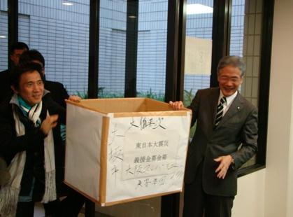 特性大型募金箱を持つ平松市長と監督