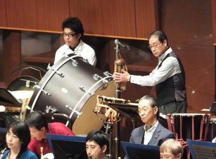 ステージには竹鳴子や珍しい楽器がいっぱい
