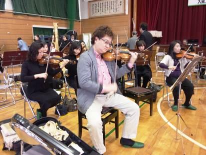 ゲネプロ終了後ヴァイオリンを弾くコンマス崔