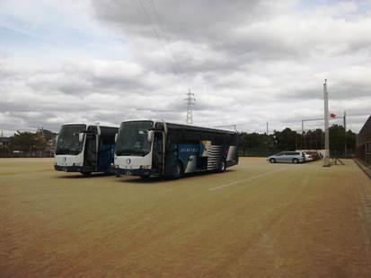 駅からバス2台をチャーター