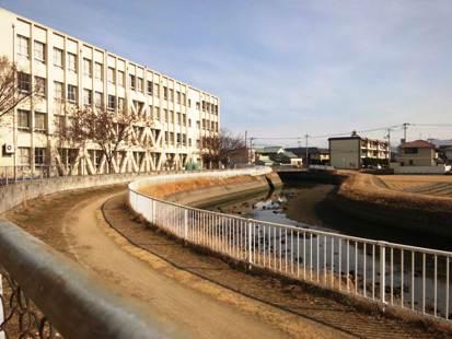 学校は小川のそばにあります