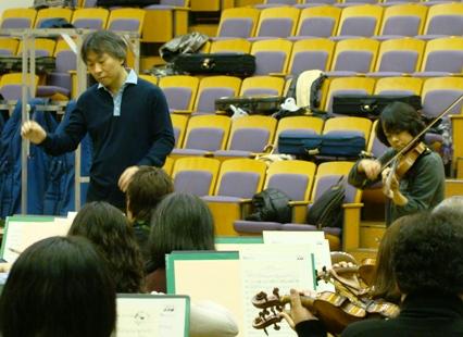 指揮者の梅田さんとソリスト川田さん
