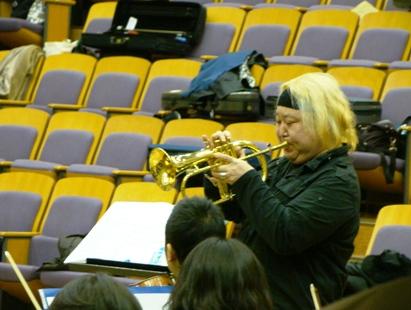 フリューゲルホーンを吹くエリック・ミヤシロさん