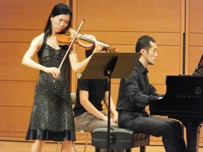 ヴァイオリン小林、演奏中
