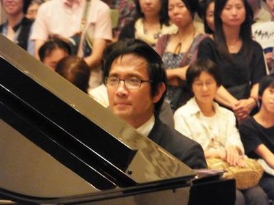 ピアノを弾く監督