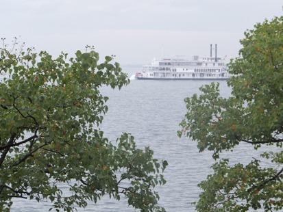 ホールホワイエから見た琵琶湖
