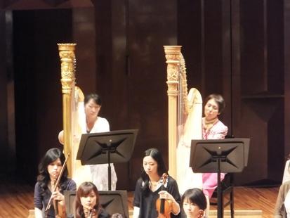 右から今尾淑代、エキストラ奥田季子さん