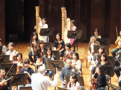 マエストロの指揮に合わせて奏でる2台のハープ
