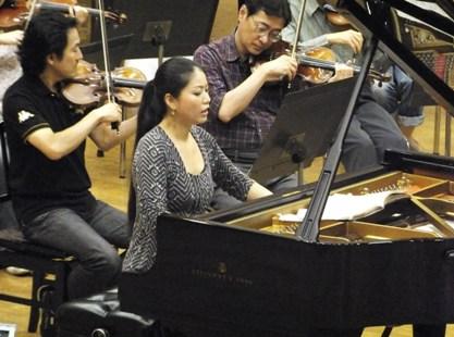 ピアノ独奏は菊池洋子さん