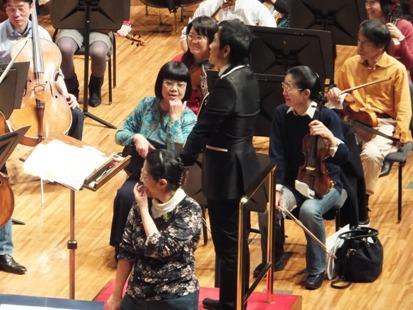 ゲネプロ中の小川さん、笑っています