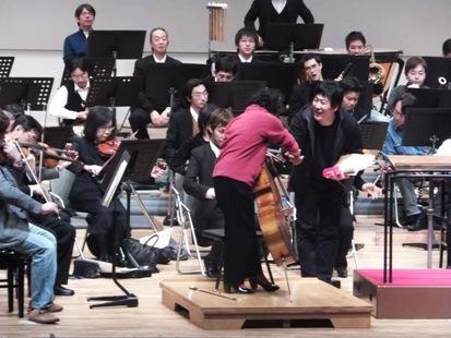 金聖響さんと藤原真理さんの握手でゲネプロスタート!