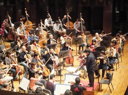 上手側 ヴィオラ、チェロ、コントラバス演奏風景