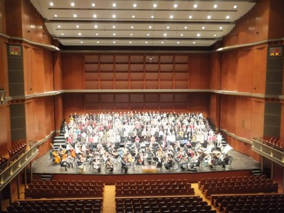オーケストラと合唱団、演奏風景