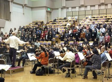 マエストロのもとで熱唱の大フィル合唱団