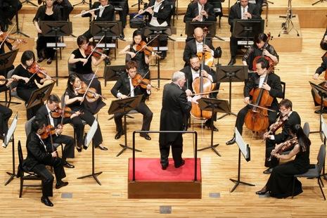 弦楽器に指示を出すマエストロ